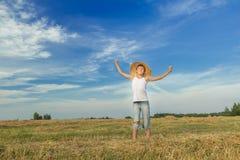 Retrato del granjero adolescente feliz en campo Fotos de archivo libres de regalías