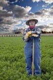 Retrato del granjero con el campo del heno Imágenes de archivo libres de regalías