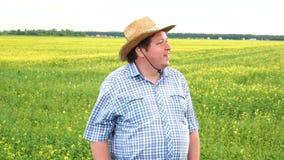 Retrato del granjero de sexo masculino Standing en suelo agrícola fértil de la tierra de cultivo, mirando en distancia almacen de video