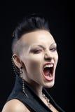 Retrato del griterío enojado de la mujer joven aislado en negro foto de archivo