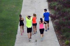 Retrato del grupo de amigos que corren en el parque Imagenes de archivo
