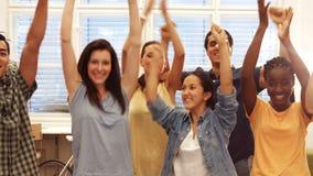 Retrato del grupo de ejecutivos de operaciones felices con los brazos para arriba almacen de video