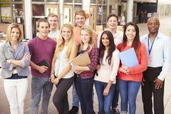 Retrato del grupo de estudiantes universitarios con el profesor particular imagen de archivo