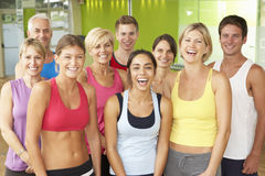 Retrato del grupo de miembros del gimnasio en clase de la aptitud imagen de archivo