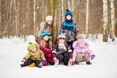 Retrato del grupo de niños en parque del invierno imágenes de archivo libres de regalías