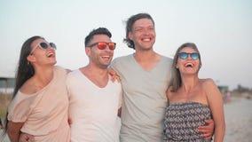 Retrato del grupo de personas activo feliz durante sus vacaciones en tiempo de verano cerca del mar metrajes