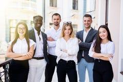Retrato del grupo de un equipo profesional del negocio que mira con confianza la cámara fotografía de archivo