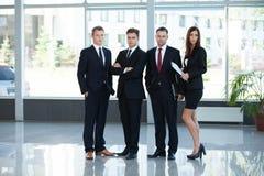 Retrato del grupo de un equipo profesional del negocio que mira con confianza la cámara foto de archivo libre de regalías