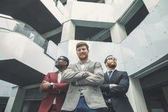 Retrato del grupo de un prPortrait del personal de oficina multicultural que se coloca en equipo del negocio de Lobbyofessional fotos de archivo