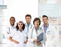 Retrato del grupo del personal médico en la clínica Foto de archivo