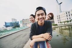 Retrato del grupo en el puente Fotos de archivo