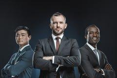 retrato del grupo multicultural de hombres de negocios en los trajes que miran la cámara fotografía de archivo libre de regalías