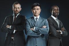 retrato del grupo multicultural de hombres de negocios en los trajes que miran la cámara foto de archivo libre de regalías