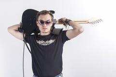 Retrato del guitarrista caucásico joven y tranquilo Posing Agains White Imagenes de archivo
