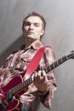 Retrato del guitarrista caucásico pensativo con Guit elegante Imagen de archivo