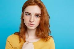 Retrato del Headshot del adolescente blando del pelirrojo con la expresión seria que mira la cámara Modelo caucásico de la mujer  Fotos de archivo libres de regalías