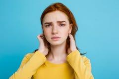 Retrato del Headshot del adolescente blando del pelirrojo con la expresión seria que mira la cámara Modelo caucásico de la mujer  Fotografía de archivo libre de regalías