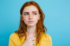 Retrato del Headshot del adolescente blando del pelirrojo con la expresión seria que mira la cámara Modelo caucásico de la mujer  Fotos de archivo