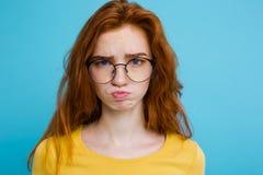 Retrato del Headshot del adolescente blando del pelirrojo con la expresión seria que mira la cámara Modelo caucásico de la mujer  Fotografía de archivo