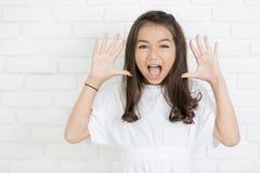 Retrato del Headshot de la muchacha asombrosa una boca abierta que mira el camer Foto de archivo