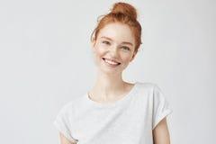 Retrato del Headshot de la muchacha feliz del jengibre con las pecas que sonríe mirando la cámara Fondo blanco Imágenes de archivo libres de regalías