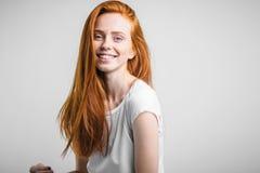 Retrato del Headshot de la muchacha feliz del jengibre con las pecas que sonríe mirando la cámara Imagen de archivo libre de regalías