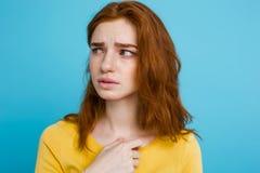 Retrato del Headshot de la muchacha roja del pelo del jengibre feliz con las pecas que sonríe mirando la cámara Fondo azul en col Foto de archivo libre de regalías