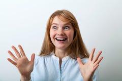 Retrato del Headshot de la señora europea joven con el pelo y las pecas rojos Imagen de archivo libre de regalías