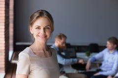 Retrato del Headshot del profesional femenino acertado feliz en apagado imagenes de archivo