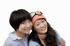 Retrato del hermano y de la hermana felices sobre el fondo blanco imagen de archivo libre de regalías