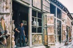 Retrato del herrero de Lahic Producción de cobre y utensilios en Lahiche - el centro de la producción de la artesanía imagenes de archivo