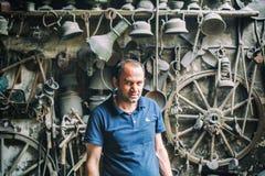 Retrato del herrero de Lahic Producción de cobre y utensilios en Lahiche - el centro de la producción de la artesanía imagen de archivo libre de regalías