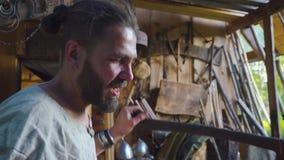 Retrato del herrero que trabaja con las pieles del herrero en fragua almacen de metraje de vídeo