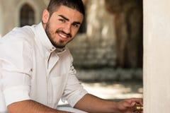Retrato del hombre árabe joven de los emiratos del saudí Imagen de archivo libre de regalías