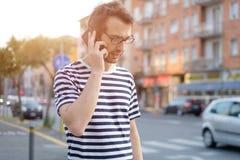 Retrato del hombre adulto joven que habla en el teléfono Foto de archivo