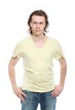 Retrato del hombre adulto serio en camisa y pantalones vaqueros Imagen de archivo libre de regalías