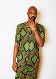 Retrato del hombre africano hermoso joven que lleva nati verde claro Imagenes de archivo