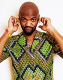 Retrato del hombre africano hermoso joven que lleva nati verde claro Imagen de archivo