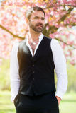 Retrato del hombre al aire libre con la flor de cerezo Imagen de archivo libre de regalías