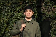 Retrato del hombre asiático contra ivi fondo revestido Foto de archivo