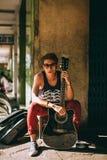 Retrato del hombre asiático del artista con la guitarra Imagenes de archivo