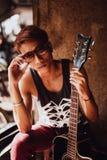 Retrato del hombre asiático del artista con la guitarra Foto de archivo libre de regalías