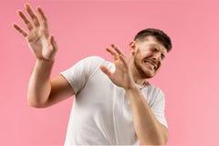 Retrato del hombre asustado en rosa imágenes de archivo libres de regalías