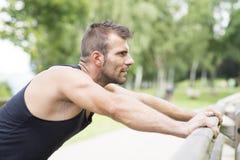 Retrato del hombre atlético que hace flexiones de brazos, al aire libre Fotografía de archivo