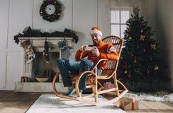 Retrato del hombre atractivo antes de la Navidad Imagenes de archivo
