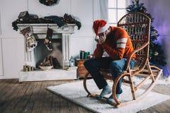 Retrato del hombre atractivo antes de la Navidad imagen de archivo