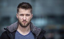Retrato del hombre atractivo con una chaqueta abierta Foto de archivo libre de regalías