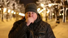 Retrato del hombre avergonzado que desagradable sorprendió al aire libre durante día de invierno frío metrajes