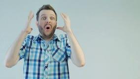Retrato del hombre barbudo joven, chocado o sorprendido, emoción humana del concepto metrajes