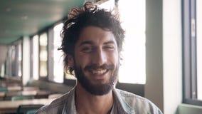 Retrato del hombre barbudo que ríe en café almacen de video